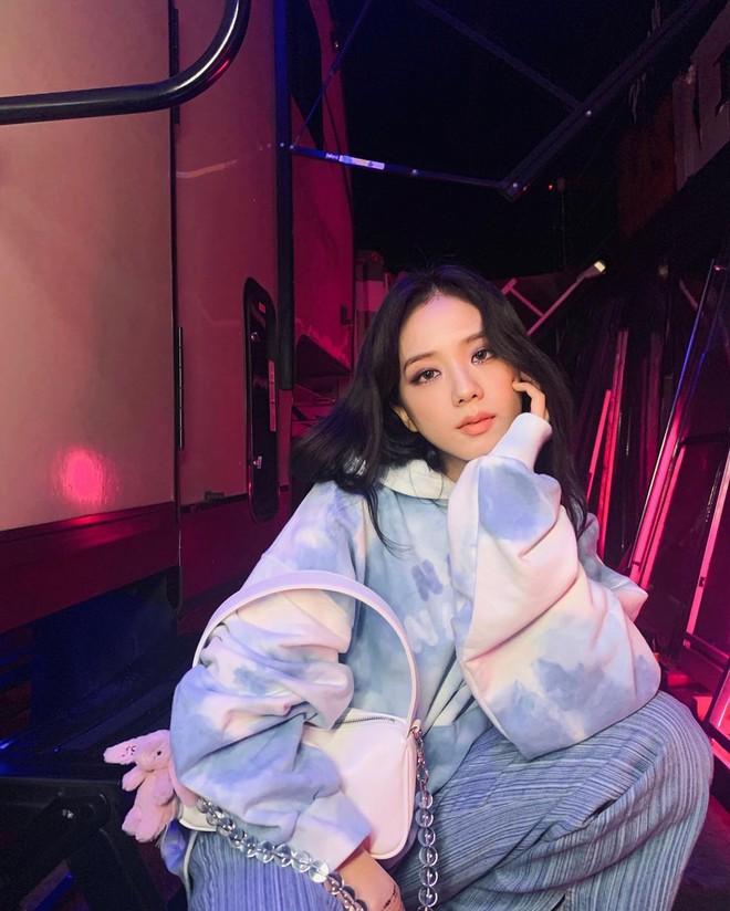 Bắt chước Jisoo, Lisa sắm móc khóa thú bông treo túi siêu cute - ảnh 4