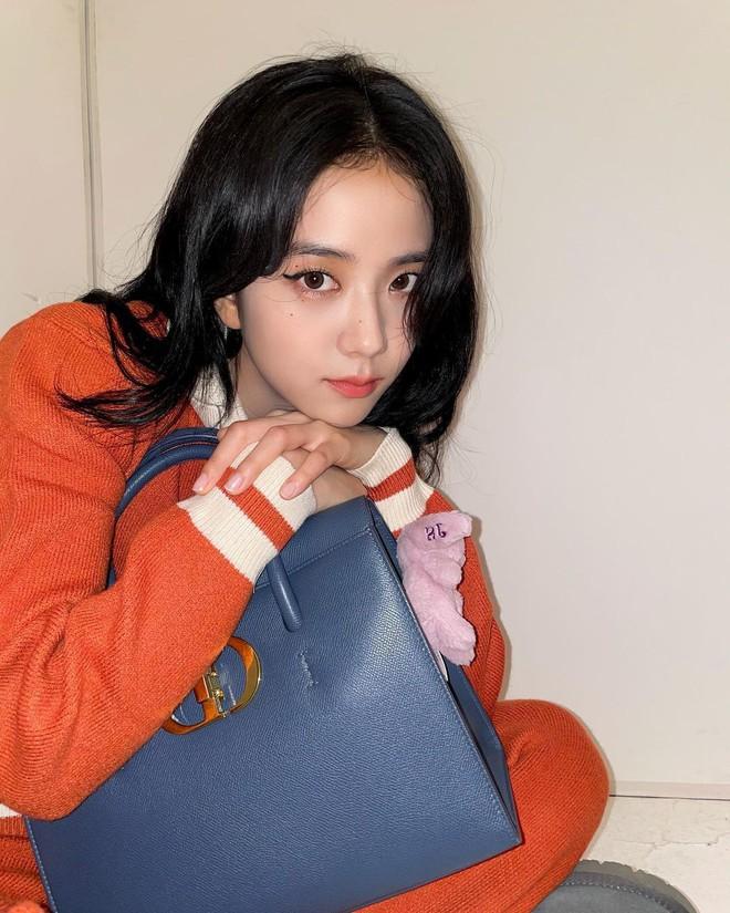 Bắt chước Jisoo, Lisa sắm móc khóa thú bông treo túi siêu cute - ảnh 3
