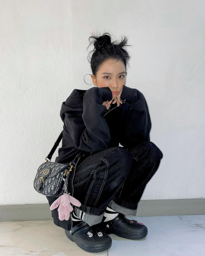 Bắt chước Jisoo, Lisa sắm móc khóa thú bông treo túi siêu cute - ảnh 2