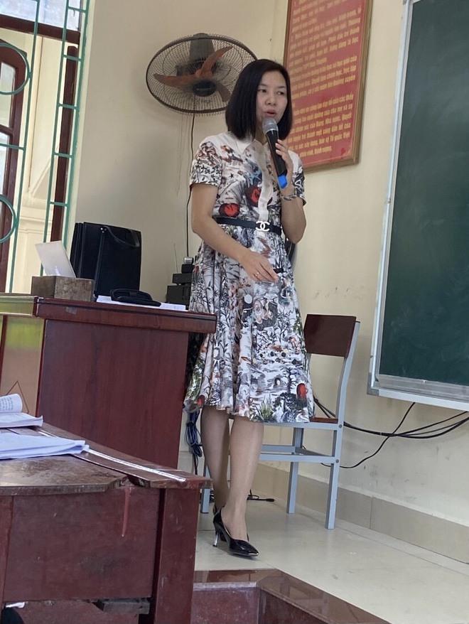 Cô giáo 3 năm đi dạy chưa mặc lại bộ quần áo nào, style xanh - đỏ - tím - vàng có đủ! - Ảnh 2.