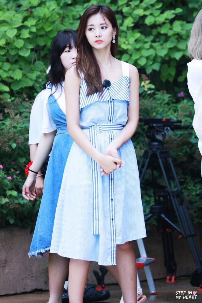 """Tzuyu có hông đẹp đỉnh cao nhưng JYP toàn bắt """"gà chiến"""" mặc váy che dáng chuẩn, định đối xử bất công hay gì? - Ảnh 5."""