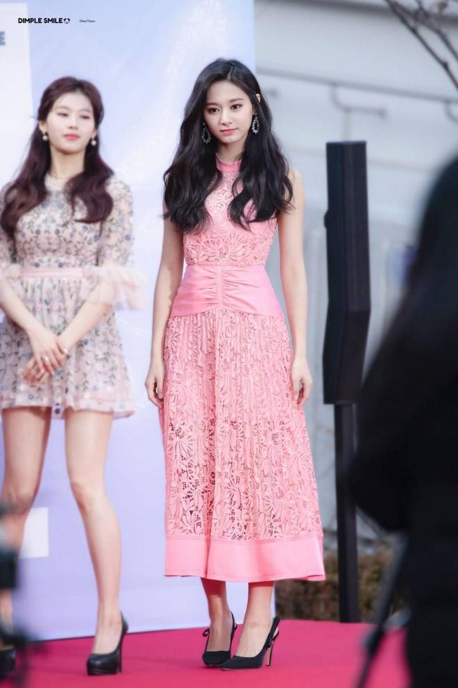 """Tzuyu có hông đẹp đỉnh cao nhưng JYP toàn bắt """"gà chiến"""" mặc váy che dáng chuẩn, định đối xử bất công hay gì? - Ảnh 4."""