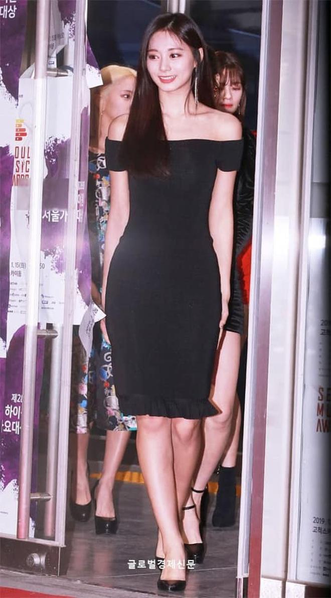 """Tzuyu có hông đẹp đỉnh cao nhưng JYP toàn bắt """"gà chiến"""" mặc váy che dáng chuẩn, định đối xử bất công hay gì? - Ảnh 3."""
