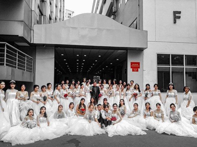 Trường ĐH xuất hiện hàng loạt nữ sinh mặc váy cưới, dân tình rủ nhau lập team đến để được phát cô dâu - Ảnh 1.