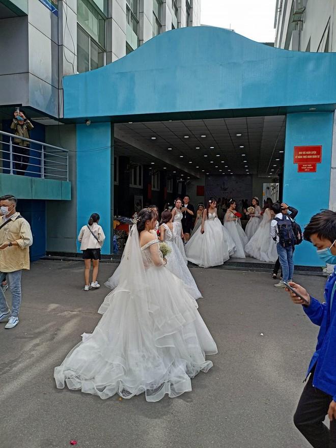 Trường ĐH xuất hiện hàng loạt nữ sinh mặc váy cưới, dân tình rủ nhau lập team đến để được phát cô dâu - Ảnh 4.