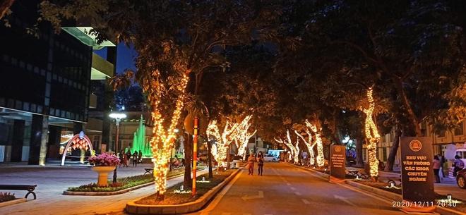 Noel tại các trường Đại học: Nơi có máy phun tuyết nhân tạo, nơi lung linh, rực rỡ như lễ hội ánh sáng - Ảnh 11.