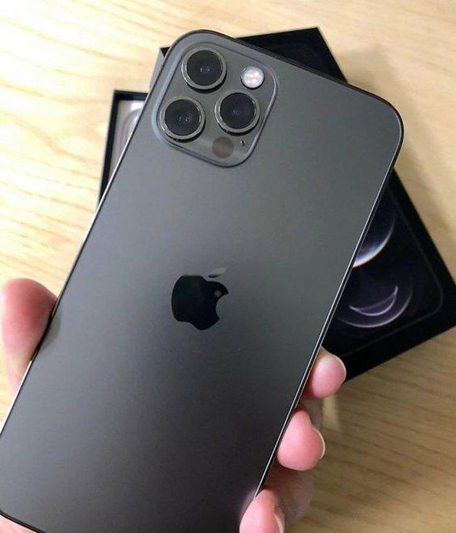 """Cộng đồng mạng chỉ ra nhiều điểm tương đồng """"hài hước"""" giữa Sơn Tùng M-TP và iPhone, tưởng không giống mà lại giống đến không tưởng! - Ảnh 1."""