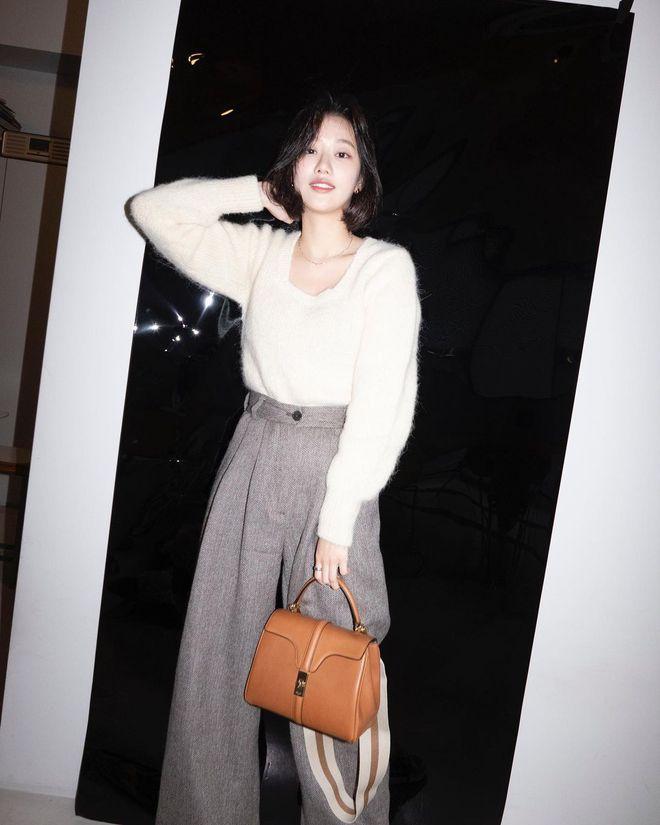 """Mix & Phối - Chiếc áo len dù đơn giản đến mấy cũng hóa mới mẻ và trendy khi """"vào tay"""" các sao nữ xứ Hàn - chanvaydep.net 4"""