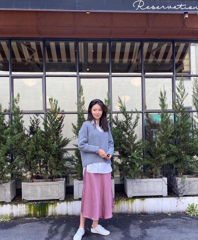 """Mix & Phối - Chiếc áo len dù đơn giản đến mấy cũng hóa mới mẻ và trendy khi """"vào tay"""" các sao nữ xứ Hàn - chanvaydep.net 8"""
