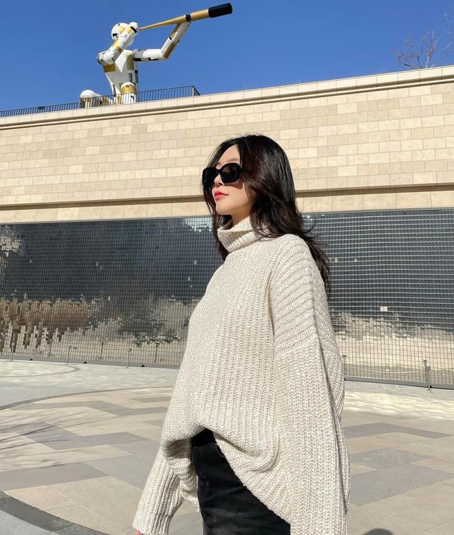 Học gái Hàn cách mix đồ đẹp đỉnh với áo len cổ lọ, lạnh đến mấy cũng sẽ thấy ấm mà vẫn thật trendy - Ảnh 2.