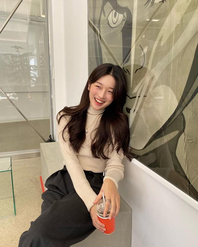 Học gái Hàn cách mix đồ đẹp đỉnh với áo len cổ lọ, lạnh đến mấy cũng sẽ thấy ấm mà vẫn thật trendy - Ảnh 1.