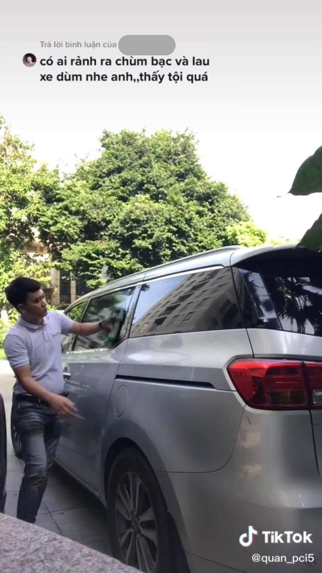 Nguyễn Quân đang lau xe cho chú Chí Tài