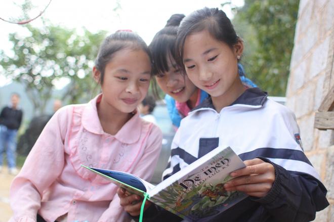 Xúc động hình ảnh trẻ em miền Trung nâng niu những trang sách nhàu nát tìm lại sau lũ - Ảnh 3.