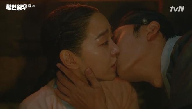 Mr. Queen mới lên sóng 4 tập, Shin Hye Sun đã hôn tận 3 nam thần, nhất chị luôn rồi? - Ảnh 2.
