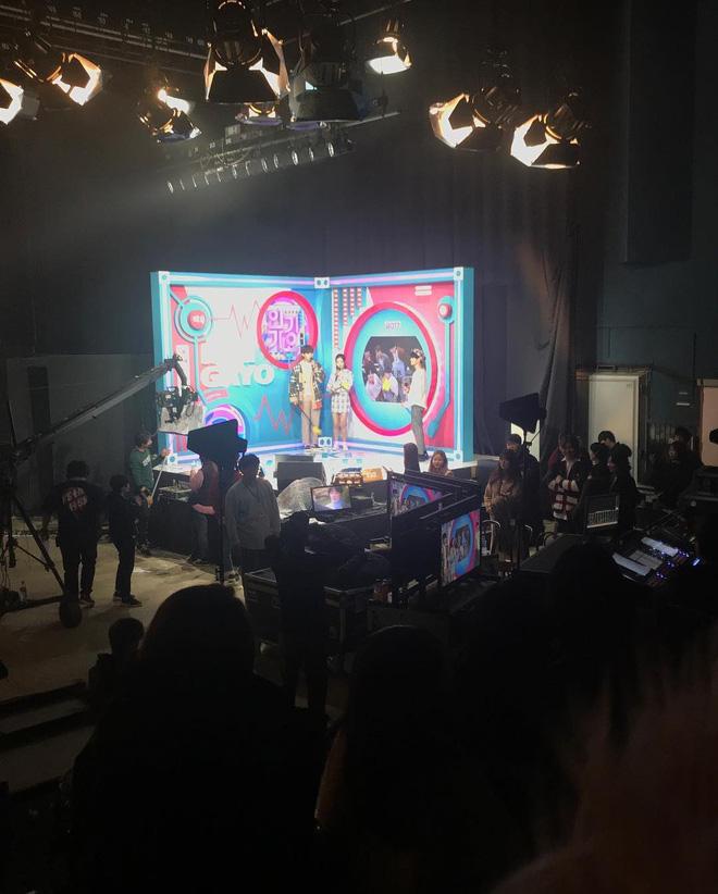 Vnet bàng hoàng trước hậu trường siêu giả trân của Inkigayo, tranh thủ cà khịa: Mấy nhóm đông dân chắc ngồi lên đầu nhau quá! - ảnh 4
