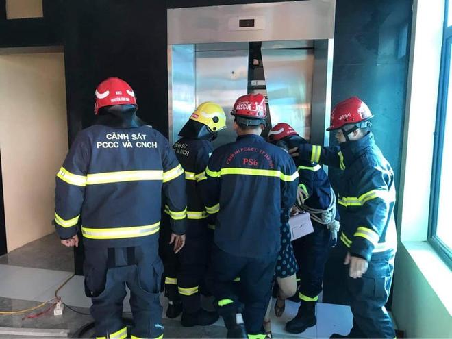 Hà Nội: 2 thang máy của công ty gặp sự cố khiến 38 người mắc kẹt, nhiều người hoảng sợ - Ảnh 1.