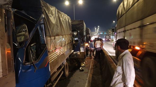 Tai nạn liên hoàn 8 ô tô trên cầu vượt ở Sài Gòn, 2 tài xế mắc kẹt gào thét kêu cứu - Ảnh 3.