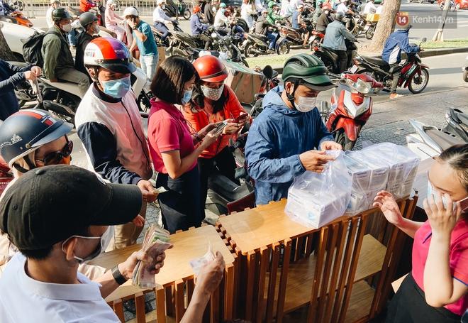 Người Sài Gòn đổ xô đi mua khẩu trang 25.000 đồng/hộp, nhiều công ty mua cả thùng để tặng nhân viên - ảnh 2