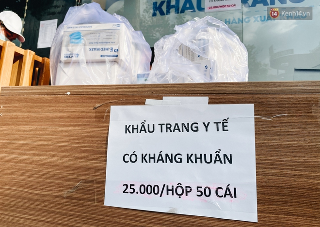 Người Sài Gòn đổ xô đi mua khẩu trang 25.000 đồng/hộp, nhiều công ty mua cả thùng để tặng nhân viên - ảnh 5