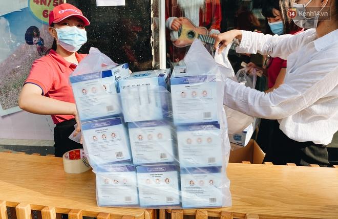 Người Sài Gòn đổ xô đi mua khẩu trang 25.000 đồng/hộp, nhiều công ty mua cả thùng để tặng nhân viên - ảnh 3