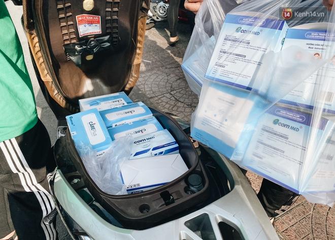 Người Sài Gòn đổ xô đi mua khẩu trang 25.000 đồng/hộp, nhiều công ty mua cả thùng để tặng nhân viên - ảnh 11