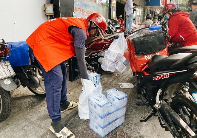Người Sài Gòn đổ xô đi mua khẩu trang 25.000 đồng/hộp, nhiều công ty mua cả thùng để tặng nhân viên - ảnh 9
