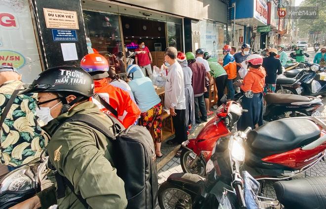 Người Sài Gòn đổ xô đi mua khẩu trang 25.000 đồng/hộp, nhiều công ty mua cả thùng để tặng nhân viên - ảnh 13