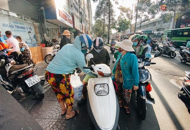 Người Sài Gòn đổ xô đi mua khẩu trang 25.000 đồng/hộp, nhiều công ty mua cả thùng để tặng nhân viên - ảnh 12