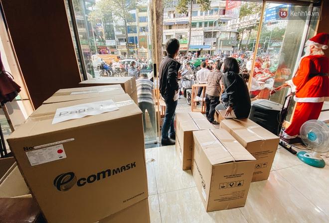 Người Sài Gòn đổ xô đi mua khẩu trang 25.000 đồng/hộp, nhiều công ty mua cả thùng để tặng nhân viên - ảnh 17