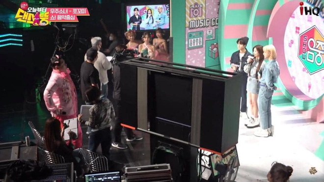 Vnet bàng hoàng trước hậu trường siêu giả trân của Inkigayo, tranh thủ cà khịa: Mấy nhóm đông dân chắc ngồi lên đầu nhau quá! - ảnh 10