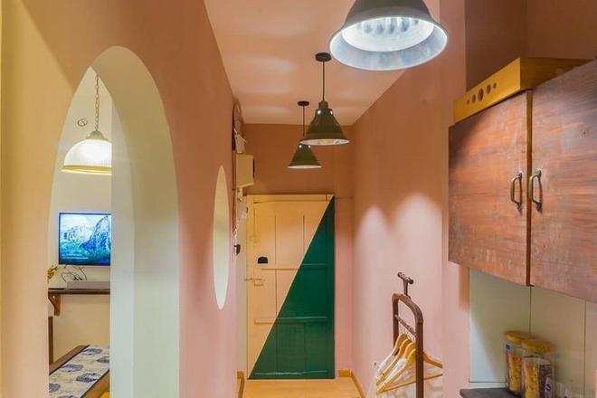 Designer trổ tài thiết kế căn hộ 20m2 đẹp như homestay, ăn tiền nhất là gác mái bao trọn cảnh thành phố - Ảnh 1.