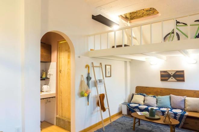 Designer trổ tài thiết kế căn hộ 20m2 đẹp như homestay, ăn tiền nhất là gác mái bao trọn cảnh thành phố - Ảnh 3.