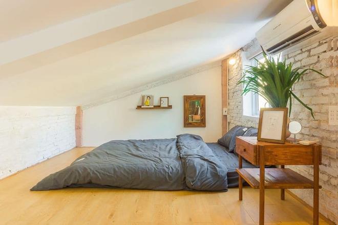 Designer trổ tài thiết kế căn hộ 20m2 đẹp như homestay, ăn tiền nhất là gác mái bao trọn cảnh thành phố - Ảnh 4.
