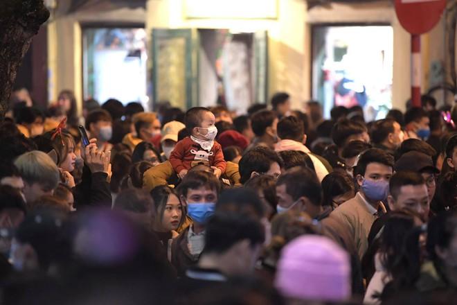 Toàn cảnh không khí Giáng Sinh cả nước ngay lúc này: Giao thông hỗn loạn tại các con phố quanh Hồ Gươm; phố Bùi Viện đông nghẹt người - Ảnh 6.