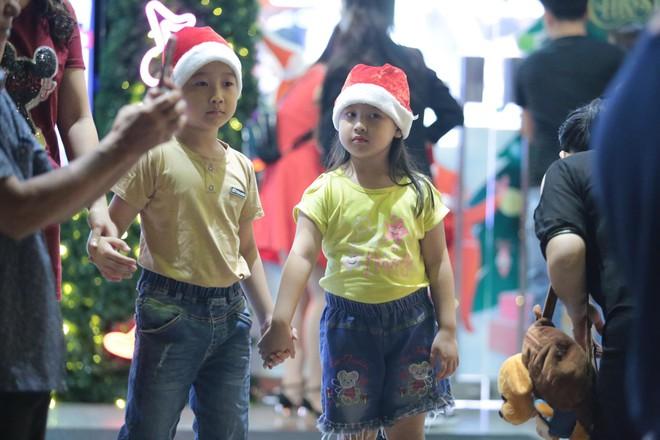 Toàn cảnh không khí Giáng Sinh cả nước ngay lúc này: Giao thông hỗn loạn tại các con phố quanh Hồ Gươm; phố Bùi Viện đông nghẹt người - Ảnh 7.