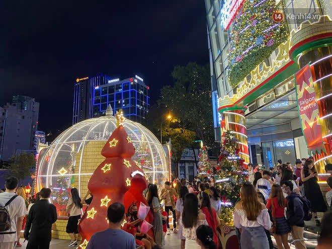Trực tiếp: Đường phố nhộn nhịp, người dân cả nước đổ ra đường đón Giáng sinh - Ảnh 2.