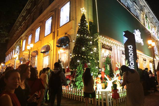 Toàn cảnh không khí Giáng Sinh cả nước ngay lúc này: Giao thông hỗn loạn tại các con phố quanh Hồ Gươm; phố Bùi Viện đông nghẹt người - Ảnh 2.