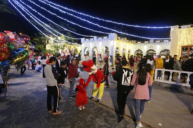 Trực tiếp: Đường phố nhộn nhịp, người dân cả nước đổ ra đường đón Giáng sinh - Ảnh 4.