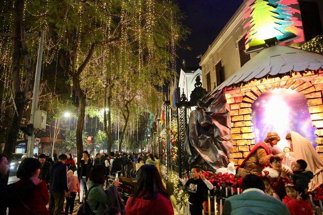 Toàn cảnh không khí Giáng Sinh cả nước ngay lúc này: Giao thông hỗn loạn tại các con phố quanh Hồ Gươm; phố Bùi Viện đông nghẹt người - Ảnh 4.