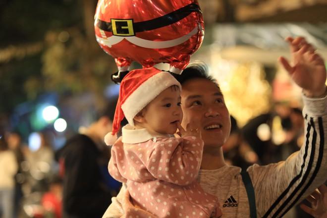 Trực tiếp: Đường phố nhộn nhịp, người dân cả nước đổ ra đường đón Giáng sinh - Ảnh 7.