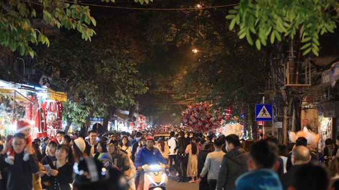 Trực tiếp: Đường phố nhộn nhịp, người dân cả nước đổ ra đường đón Giáng sinh - Ảnh 8.