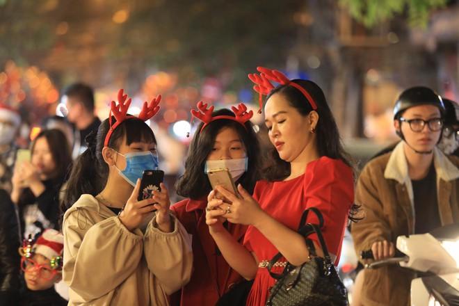 Trực tiếp: Đường phố nhộn nhịp, người dân cả nước đổ ra đường đón Giáng sinh - Ảnh 6.