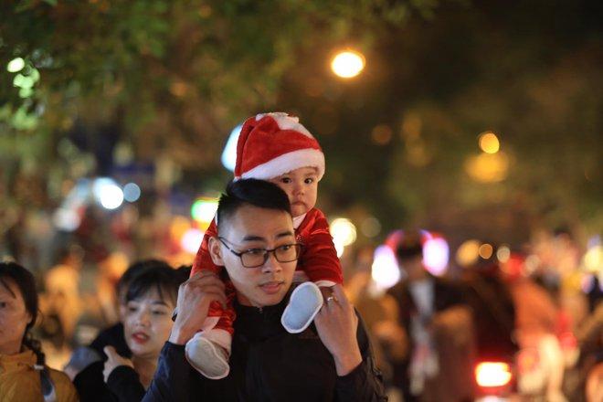 Trực tiếp: Đường phố nhộn nhịp, người dân cả nước đổ ra đường đón Giáng sinh - Ảnh 1.