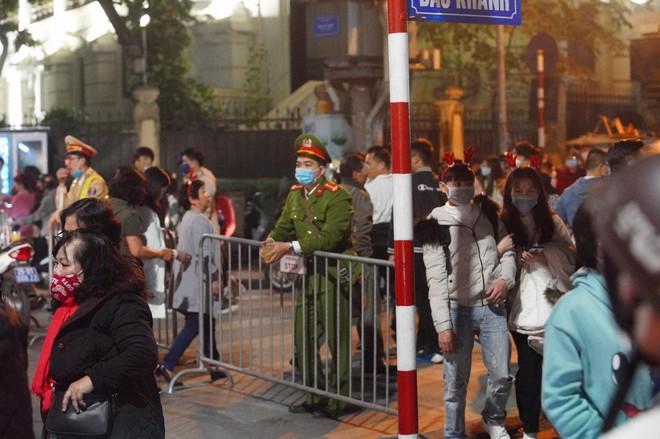 Toàn cảnh không khí Giáng Sinh cả nước ngay lúc này: Giao thông hỗn loạn tại các con phố quanh Hồ Gươm; phố Bùi Viện đông nghẹt người - Ảnh 10.