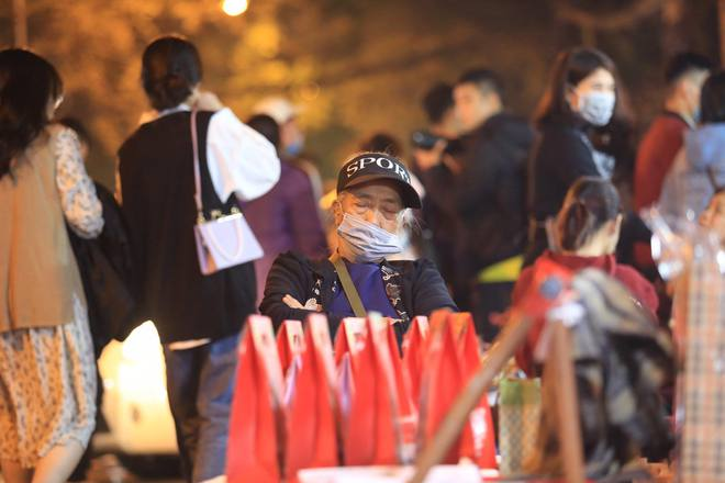 Toàn cảnh không khí Giáng Sinh cả nước ngay lúc này: Giao thông hỗn loạn tại các con phố quanh Hồ Gươm; phố Bùi Viện đông nghẹt người - Ảnh 5.