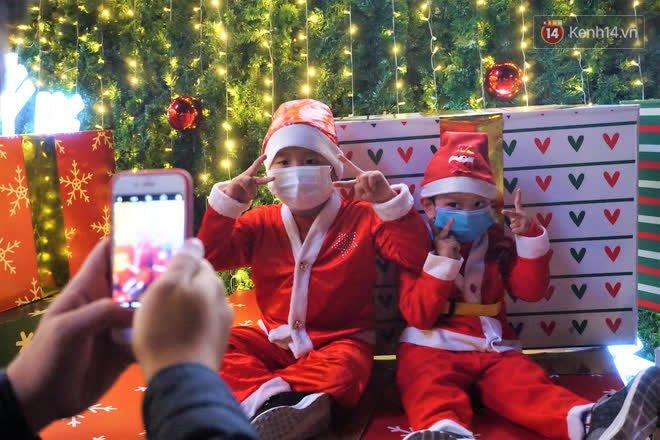 Toàn cảnh không khí Giáng Sinh cả nước ngay lúc này: Giao thông hỗn loạn tại các con phố quanh Hồ Gươm; phố Bùi Viện đông nghẹt người - Ảnh 3.