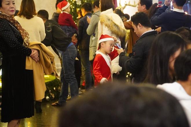 Toàn cảnh không khí Giáng Sinh cả nước ngay lúc này: Giao thông hỗn loạn tại các con phố quanh Hồ Gươm; phố Bùi Viện đông nghẹt người - Ảnh 8.