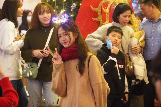 Toàn cảnh không khí Giáng Sinh cả nước ngay lúc này: Giao thông hỗn loạn tại các con phố quanh Hồ Gươm; phố Bùi Viện đông nghẹt người - Ảnh 11.
