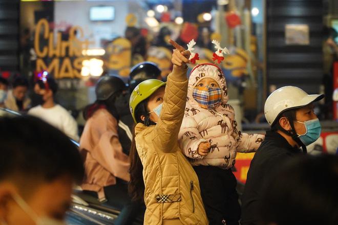 Toàn cảnh không khí Giáng Sinh cả nước ngay lúc này: Giao thông hỗn loạn tại các con phố quanh Hồ Gươm; phố Bùi Viện đông nghẹt người - Ảnh 9.