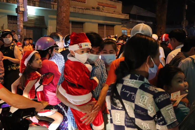 Toàn cảnh không khí Giáng Sinh cả nước ngay lúc này: Giao thông hỗn loạn tại các con phố quanh Hồ Gươm; phố Bùi Viện đông nghẹt người - Ảnh 12.